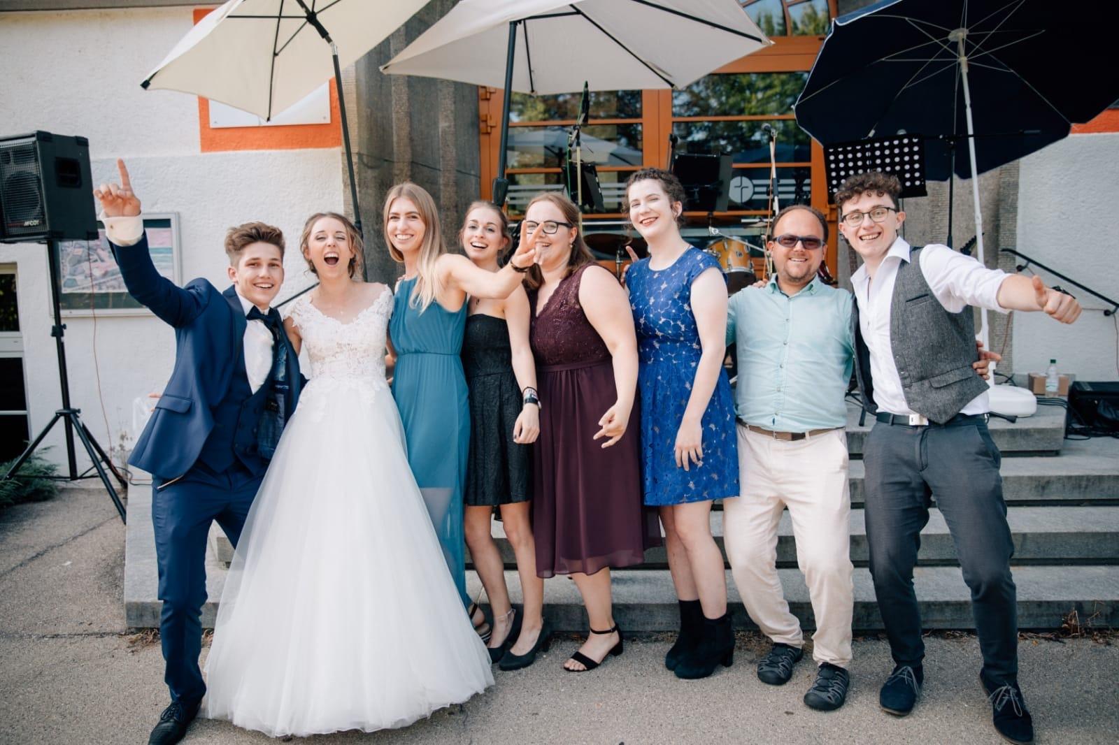 Gemeinsames Foto von Rise up und dem Brautpaar