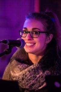 Das Bild zeigt Bianca Müller während eines Auftritts